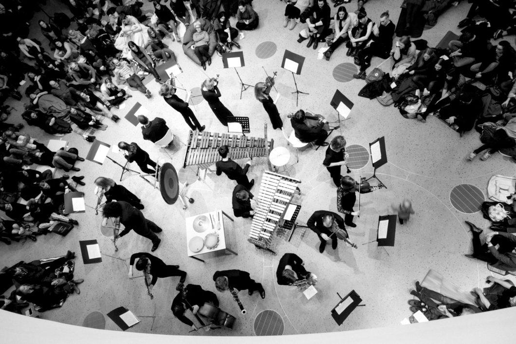 Orchester im Treppenhaus © Simon Semmelhaack